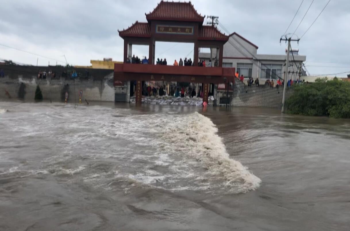 """洪水袭来 村民连夜筑起三米多高""""生命之坝"""""""