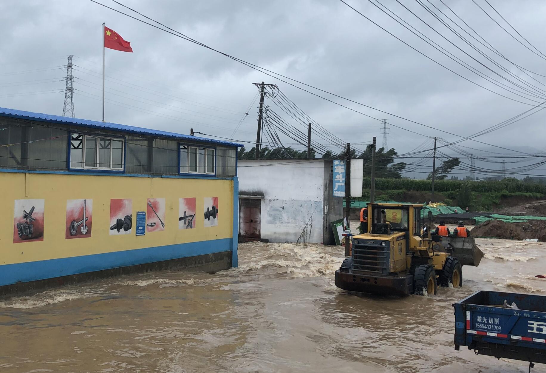 济南章丘相公皋西村被淹 各路救援力量大集结