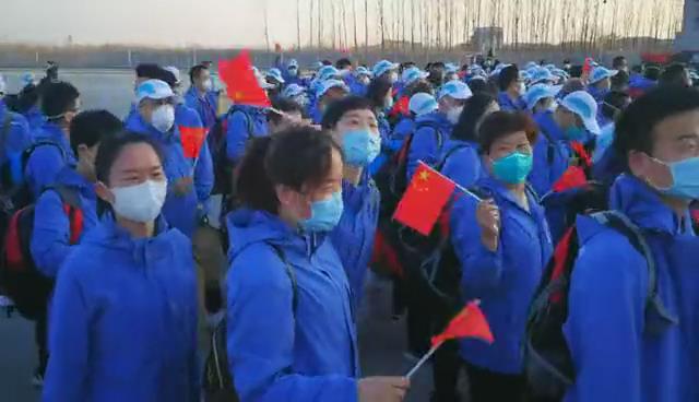 山东援鄂医疗队第四批和第八批队员在济南遥墙机场受到热烈欢迎